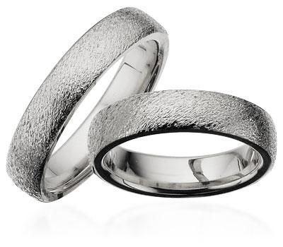 ca7d05a30645 Let ovale vielsesringe Forlovelsesringe i sølv med rustik overflade ...